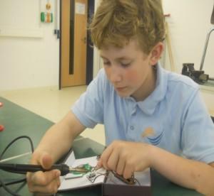 Leon beim Bau eines UKW-Radios
