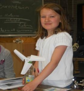 Laura mit ihrer selbstgebauten Windkraftanlage