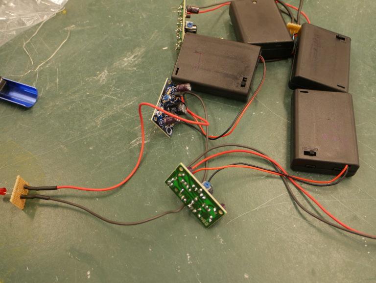 Die Blinkschaltung mit LED und Batteriefach